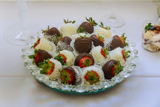 Verscheidenheid van chocolade ondergedompelde aardbeien in een bord. valentijnsdag dessert.