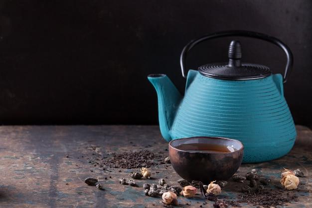 Verscheidenheid van droge thee met theepot