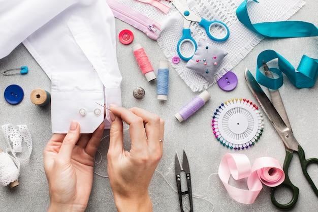 Verscheidenheid van fournituren kleurrijke accessoires en handen