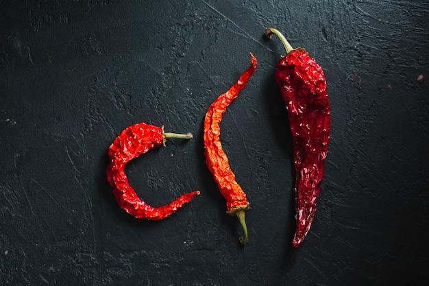 Verscheidenheid van gedroogde roodgloeiende chili pepers bovenaanzicht