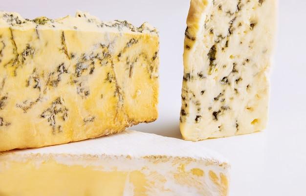 Verscheidenheid van kaas op geïsoleerde witte ondergrond