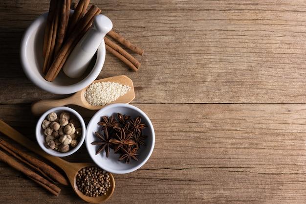 Verscheidenheid van kruiden en natuurlijke kruiden vormt een aanvulling op natuurlijke voeding op rustieke tafel.