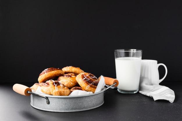 Verscheidenheid van pijn aux rozijnen met melk