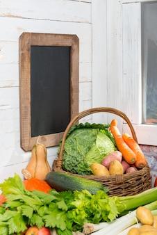 Verscheidenheid van rauwe groenten op de houten tafel