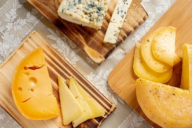Verscheidenheid van smakelijke kaas op een tafel