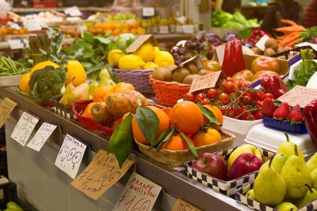 Verscheidenheid van smakelijke natuurlijke groenten en fruit in de italiaanse markt. horizontaal. selectieve focus.