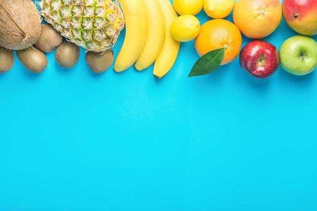 Verscheidenheid van verschillende vruchten op blauwe achtergrond.