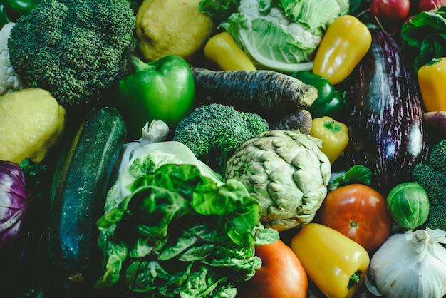 Verscheidenheid van verse groenten voor detoxdieet.