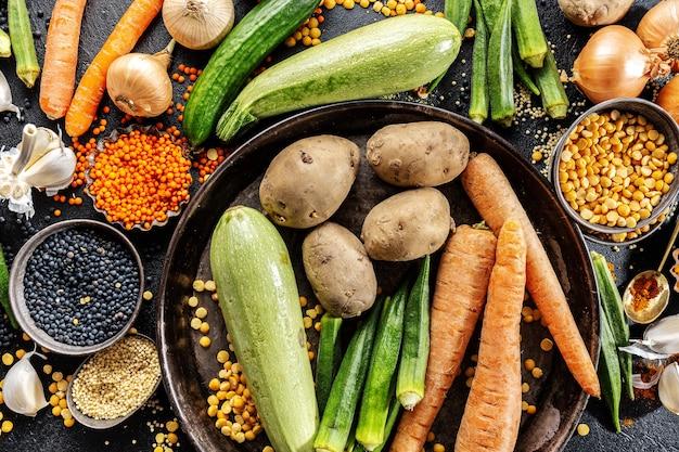 Verscheidenheid van verse smakelijke groenten op donker