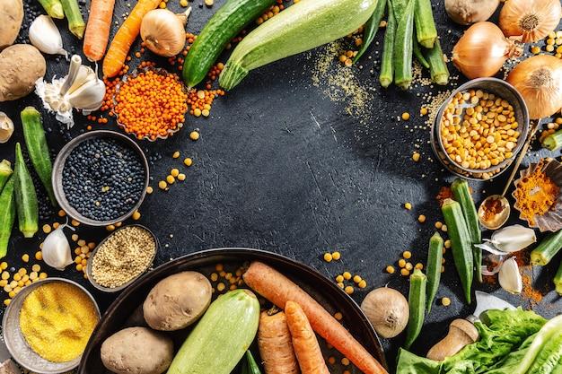 Verscheidenheid van verse smakelijke groenten op donkere achtergrond