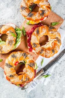 Verscheidenheid van zelfgemaakte broodjes sandwiches met roomkaas, ham, groenten