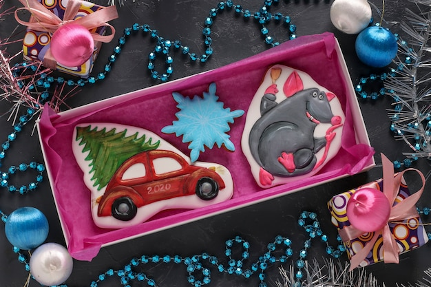Verscheidenheid van zelfgemaakte ontbijtkoek koekjes in een doos, geschenken kerstmis