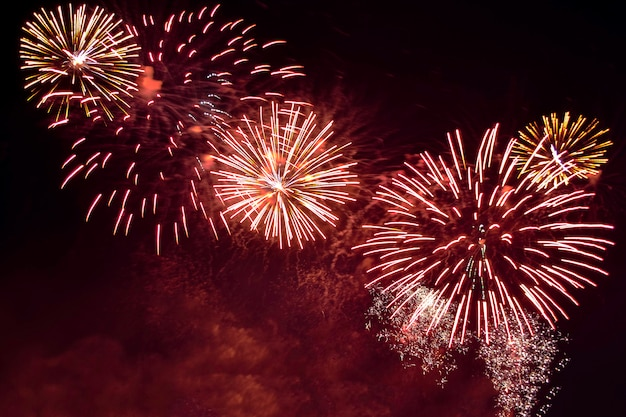 Verscheidenheids kleurrijk vuurwerk op de achtergrond van de nachthemel. groet met gouden en rode flitsen.