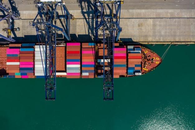 Verschepende container die en op de zeehaven luchtmening thailand laden leegmaken