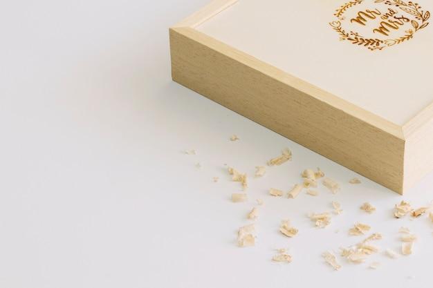 Verscheuren in de buurt van doos met monogram