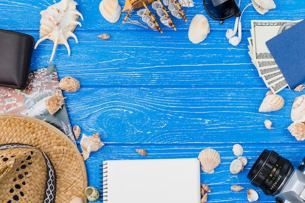 Verschillende accessoires tussen zeeschelpen en geld