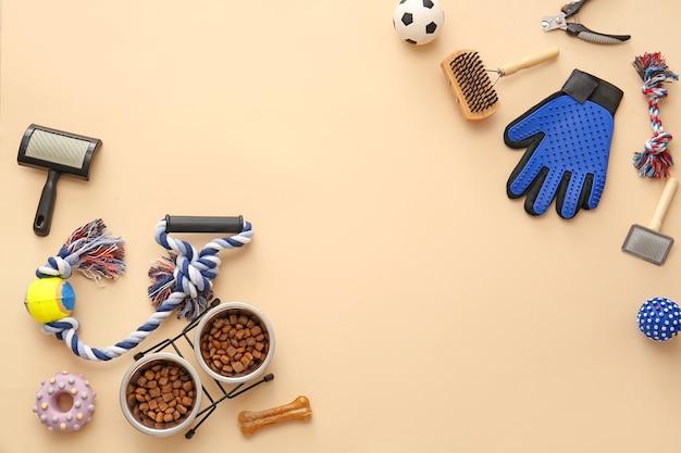 Verschillende accessoires voor de verzorging van huisdieren op een achtergrond in kleur