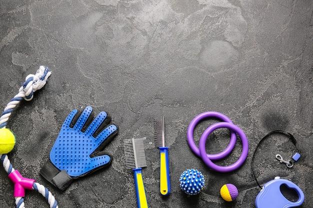 Verschillende accessoires voor de verzorging van huisdieren op een donkere achtergrond
