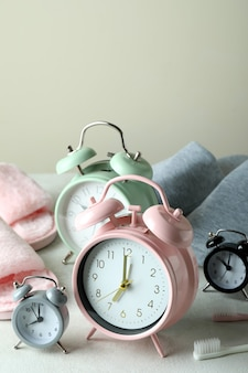 Verschillende accessoires voor slaaproutine op witte getextureerde tafel