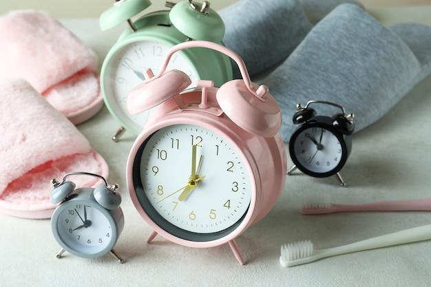 Verschillende accessoires voor slaaproutine op witte tafel