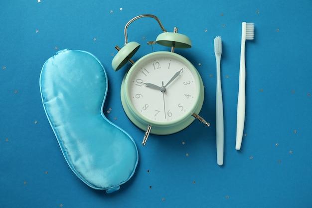 Verschillende accessoires voor slaaproutines op blauwe achtergrond