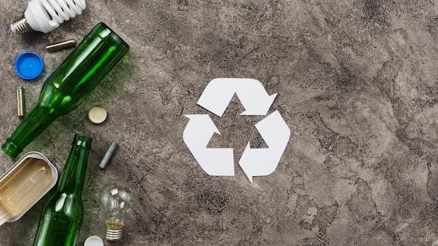 Verschillende afvalstoffen klaar voor recycling op grijze achtergrond