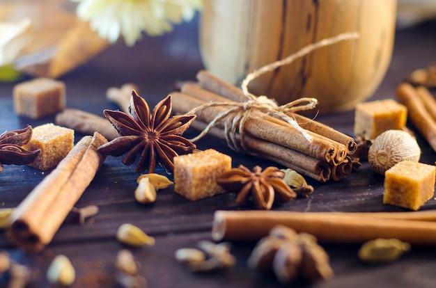 Verschillende aromatische kruiden op een close-uptafel