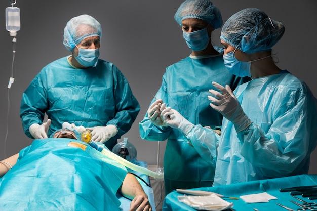Verschillende artsen die een chirurgische ingreep bij een patiënt uitvoeren