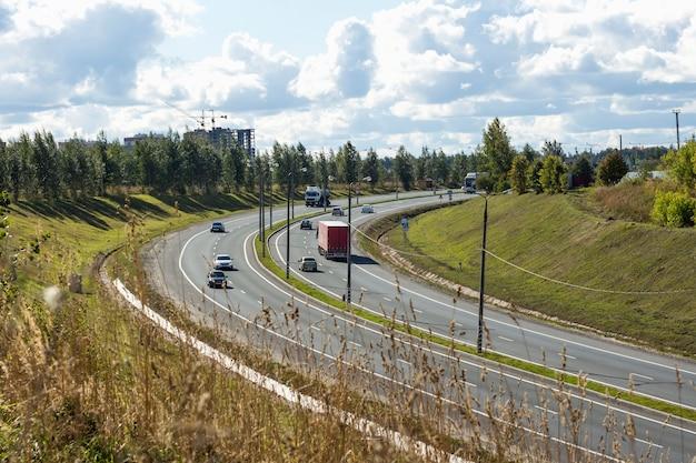 Verschillende auto's op de motorweg die naar de berg leidt, vlakbij goroda.