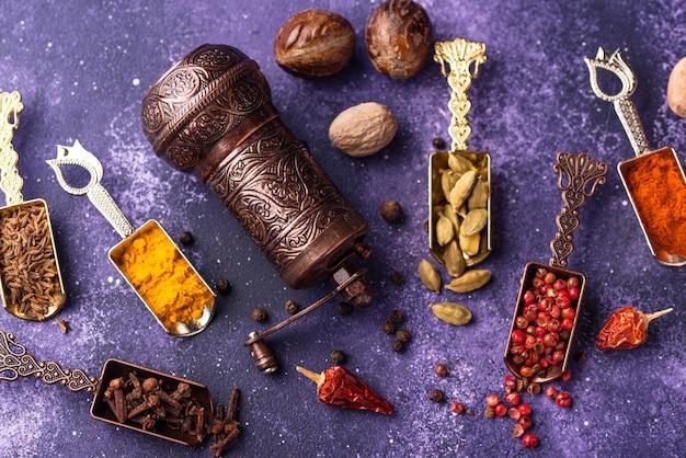 Verschillende aziatische of indiase kruiden op paarse achtergrond