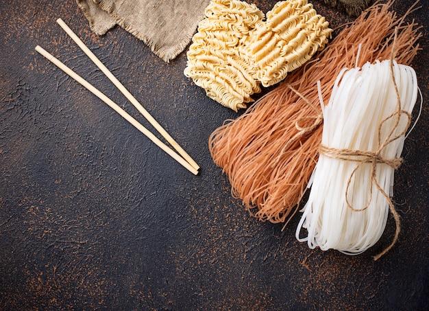 Verschillende aziatische rijstnoedels op roestige achtergrond