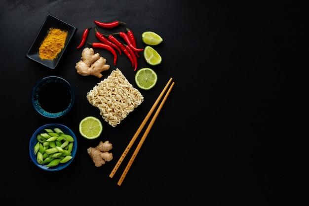 Verschillende aziatische voedselingrediënten op donkere ondergrond