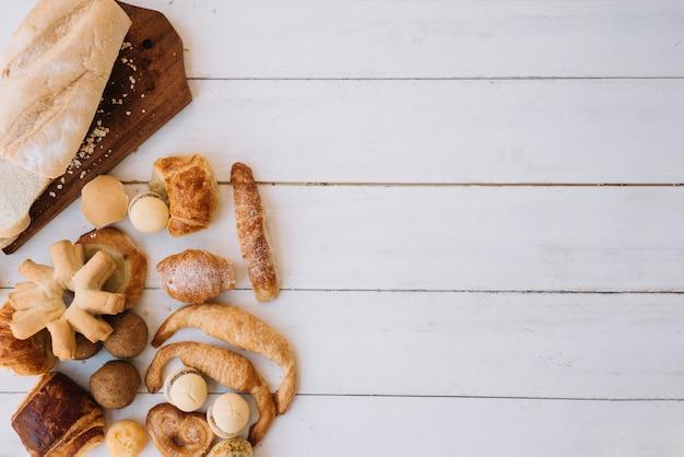 Verschillende bakkerij verspreid over houten tafel