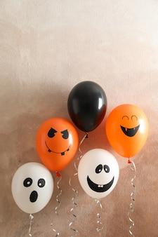Verschillende ballonnen op bruin tafel. halloween concept