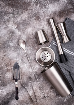 Verschillende bar tools voor het maken van een cocktail