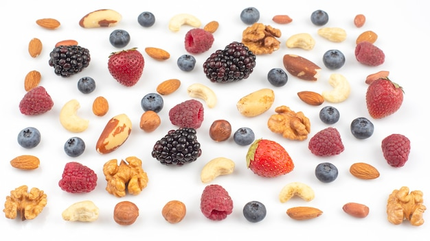 Verschillende bessen en noten op een wit. vitamine-eiwitten en gezond voedsel