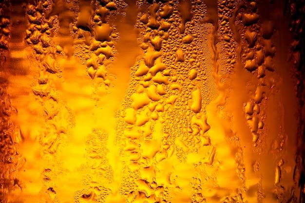 Verschillende bierflessen met condensatieclose up van bierflessenitalië