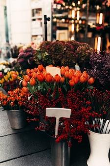 Verschillende bloemen in een etalage met blanco prijskaartjes