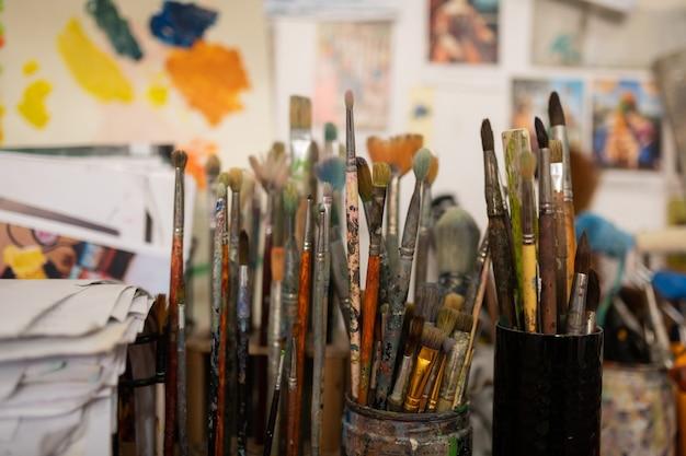 Verschillende borstels. verschillende denk- en dikke verfborstels staan in werkplaats van bekende kunstenaars