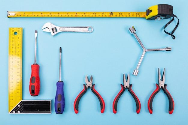 Verschillende bouwpakketten hangen aan