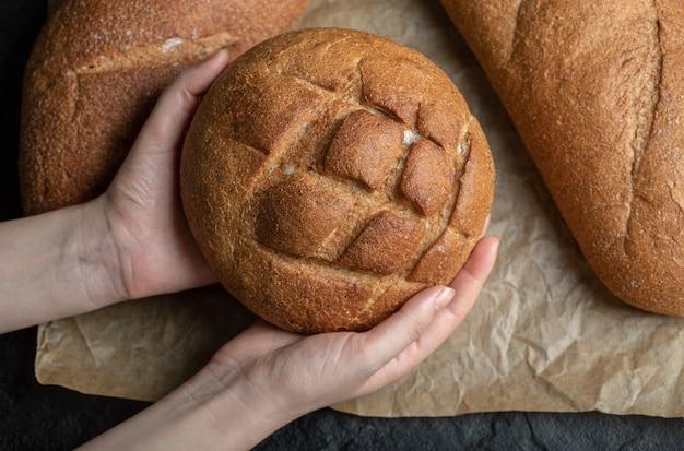 Verschillende brodenbrood. vrouw met hand.