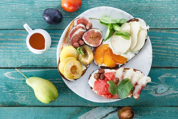 Verschillende broodjes fruit bovenaanzicht gezond smakelijk ontbijt