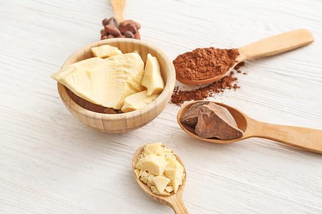 Verschillende cacaoproducten op witte houten achtergrond