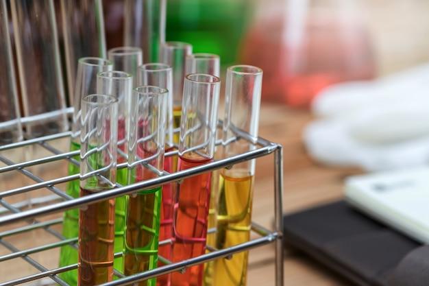 Verschillende chemische oplossing in de kolf. laboratoriumglaswerk.