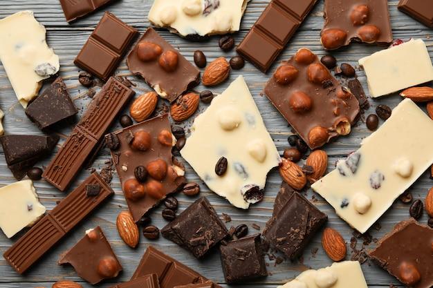 Verschillende chocolade op grijze houten, bovenaanzicht