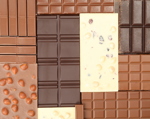 Verschillende chocoladerepen op hele achtergrond