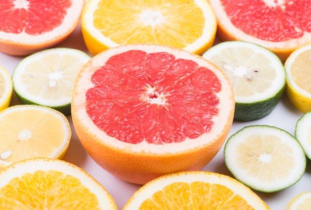 Verschillende citrus gesneden in hald
