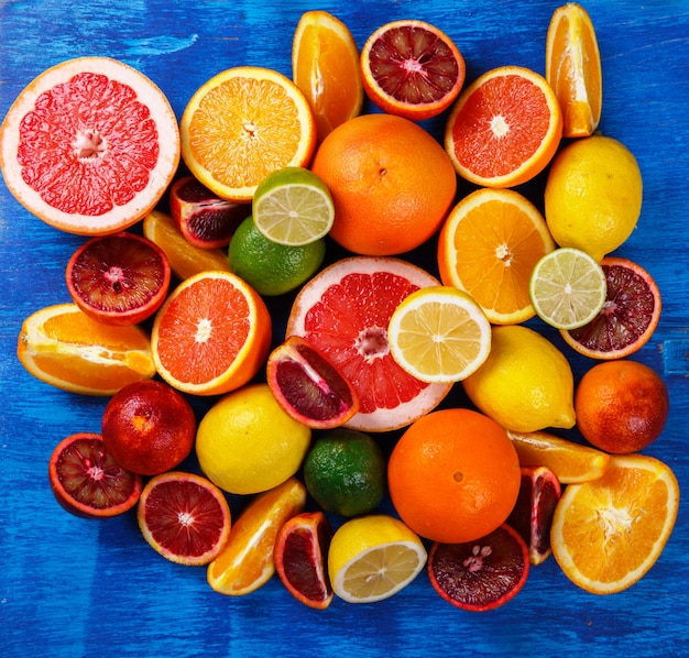 Verschillende citrusvruchten. gemengde kleurrijke tropische