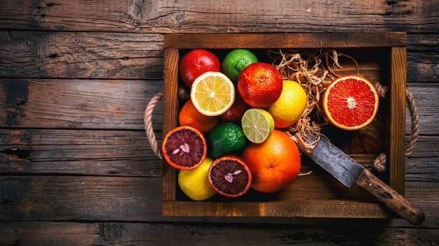 Verschillende citrusvruchten in een houten kist
