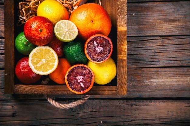 Verschillende citrusvruchten. zomer achtergrond.